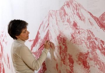 Montanha suspensa, 2012. Desenho em papel de aguarela, papel vegetal, aro em metal, cabos de aço, pinças . Fotografia Paulo Cintra